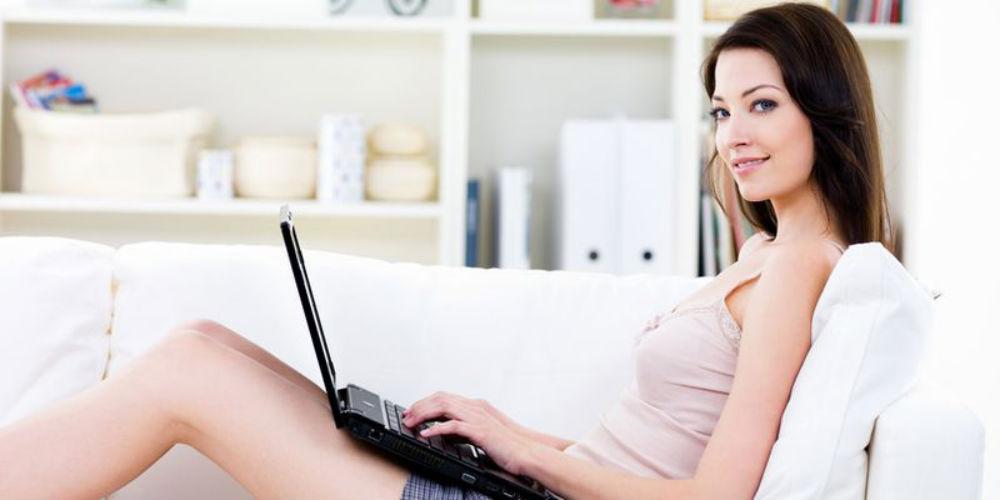 Девушка зарабатывает в интернете